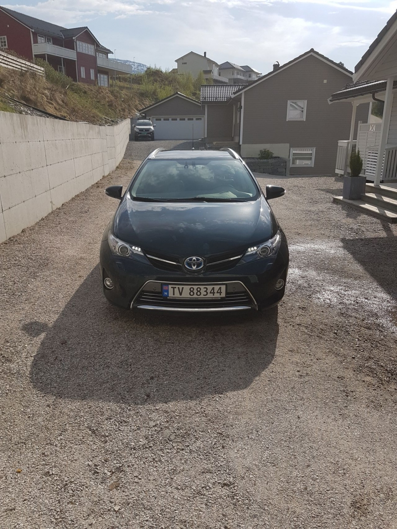 Aș vrea să donez la 2015 Toyota Auris Touring Sports 18 Hybrid Executive